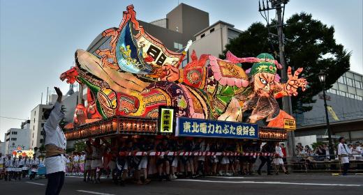 Des chars et des hommes au Nebuta Matsuri