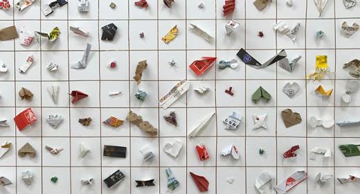 Un serveur japonais expose les origamis en emballages de baguettes laissés par ses clients
