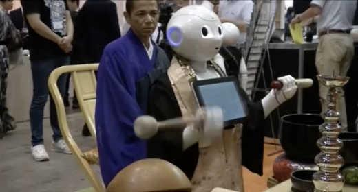 un robot moine pour lire des prières bouddhistes lors des funérailles